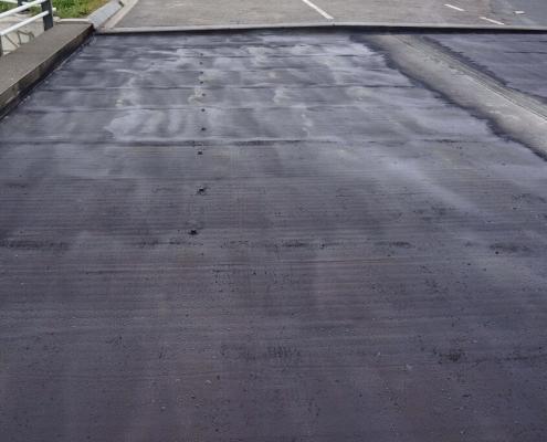 kleeflaag-onder-asfalt