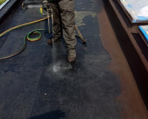 vloeibare-dakbedekking-over-bitumen